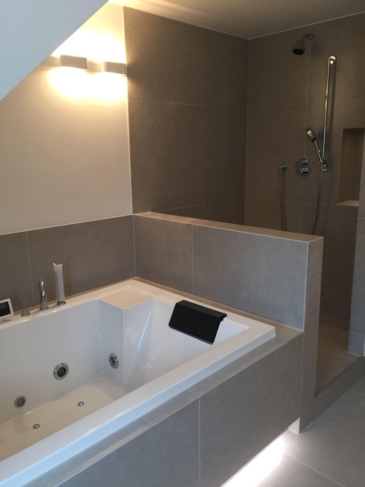 Dachbad mit Whirlwanne, Dusche, Doppel-Waschtisch und W