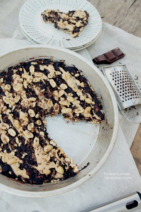 100 KITCHEN STORIES: No Bake Caramel Popcorn Tart with Chocolate and Peanuts