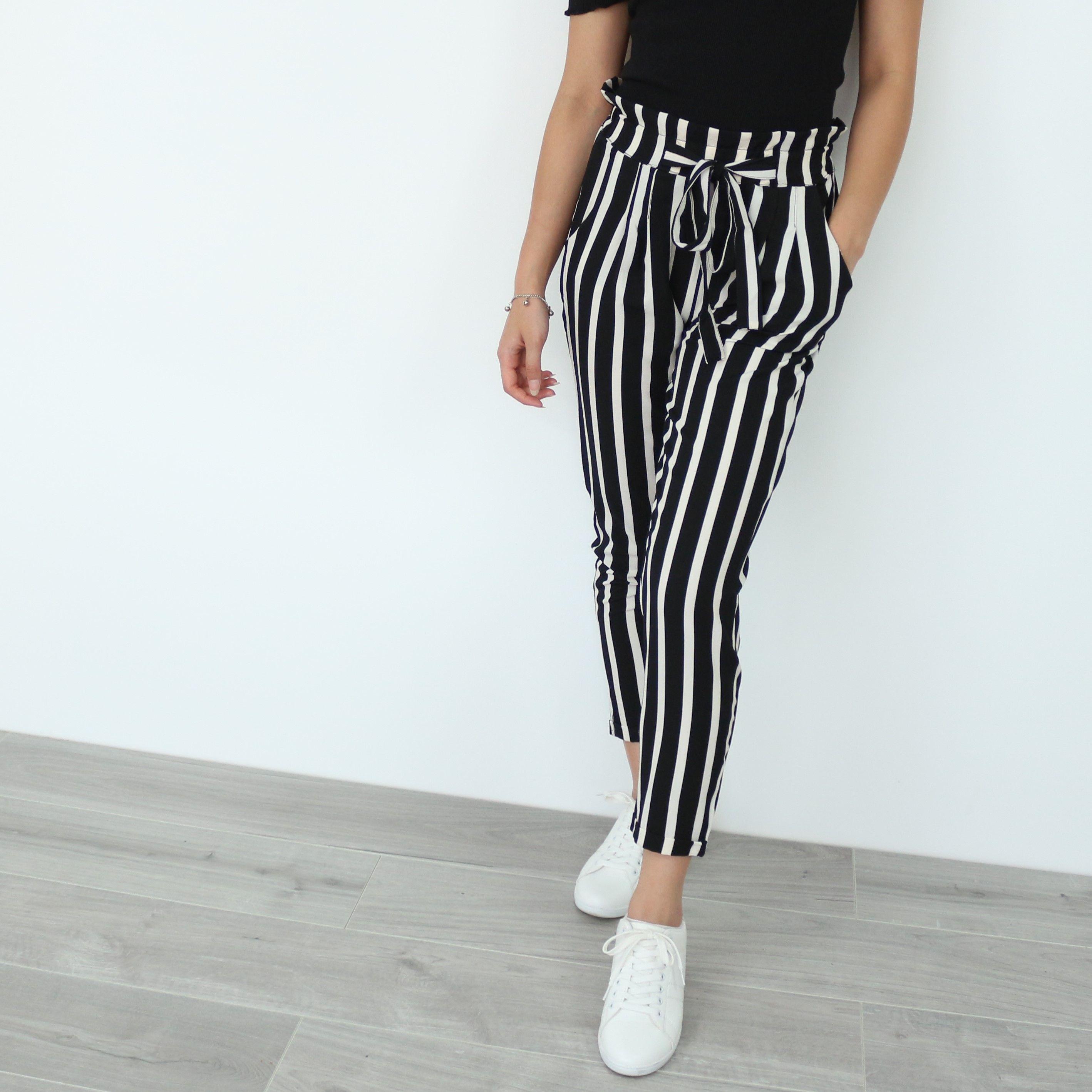 c2953cd61594e Look parfait noir et blanc pour femme. Pantalon rayé noir et blanc ...