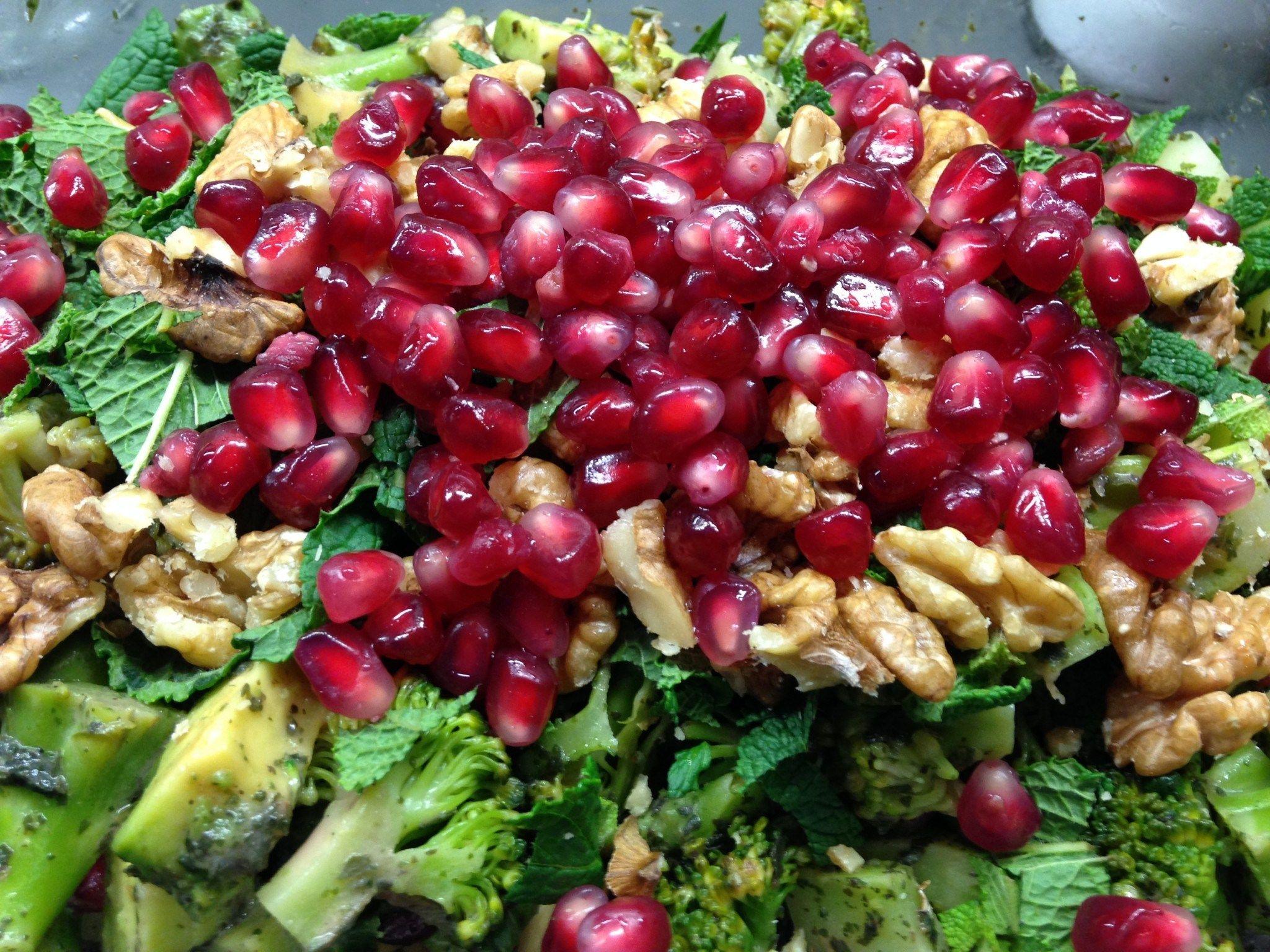 Brokkoli Avocado Salat mit Walnuss-Granatapfel-Minze Drssing - Leckerlife