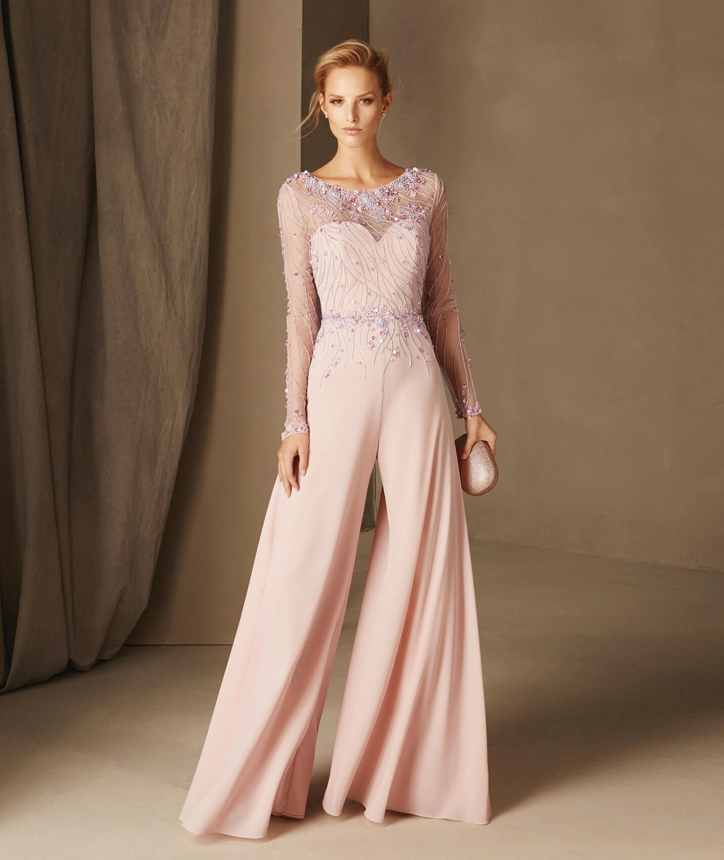 a36b0eebb665 Tuta da cerimonia in color rosa con applicazioni per invitate di matrimonio.  Modello Brenda di Pronovias