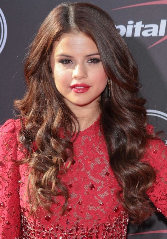 Selena Gomez Chocolate Brown Hair Color Hair Color Pictures Brown Hair Colors Celebrity Haircuts