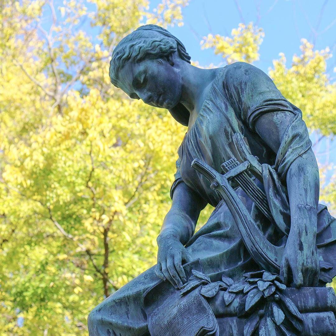 Na cmentarzu centralnym jest wiele wyjątkowych pomników. # ...