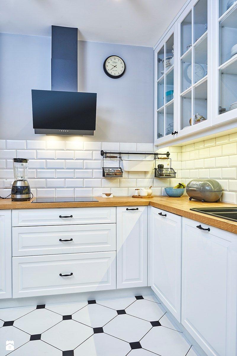 Białe Fronty Drewniane Blaty Czarne Uchwyty Mieszkanie