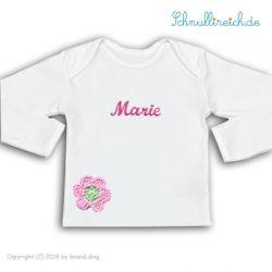 Langarm-Shirt mit Namen & Häkelblume. Das Shirt ist aus Bio-Baumwolle (Textiles Vertrauen, G.O.T.S Zetifikat) und wird von uns mit wasserbasierter Pigmenttinte, die für Babykleidung geeignet ist (OEKO-TEX 100) mit dem Namen Deines Babys bedruckt.