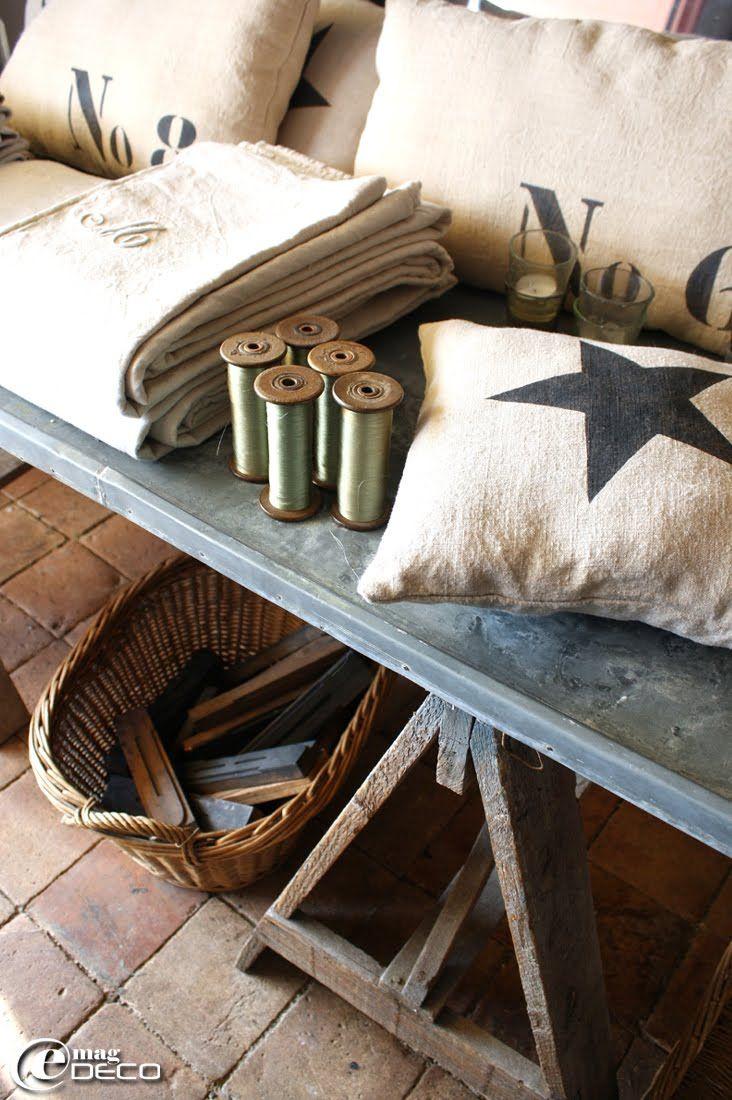 Canapé En Toile De Jute lettres d'imprimerie dans un panier en osier et des coussins