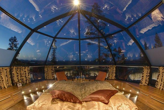 天井が全面ガラス ベッドに寝転がりながらオーロラを見られるという