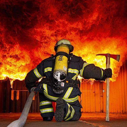 Fw Mann Mit Axt Vorm Feuer Feuerwehr Feuer 112 Bomberos Einsatz Blaulicht Firefighter Firefighters F Feuerwehr Feuerwehr Bilder Freiwillige Feuerwehr