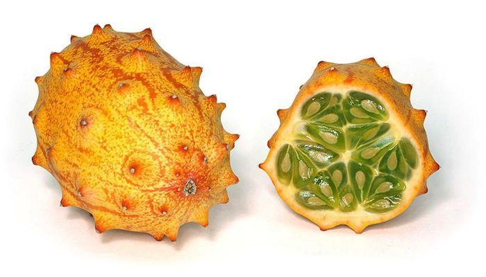 O kiwano é um meio termo entre o pepino e o melão. Nativo da África, é utilizado na decoração de pratos e também como sobremesa.