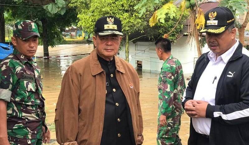 Pemprov Sumbar Serahkan Bantuan Korban Banjir Di Kabupaten Solok
