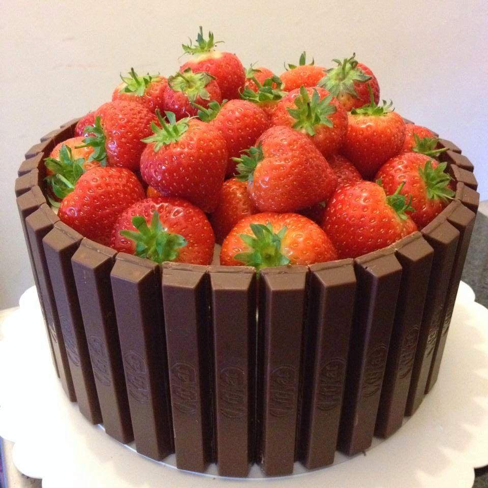 Strawberry Kit Kat cake (With images) Kit kat cake