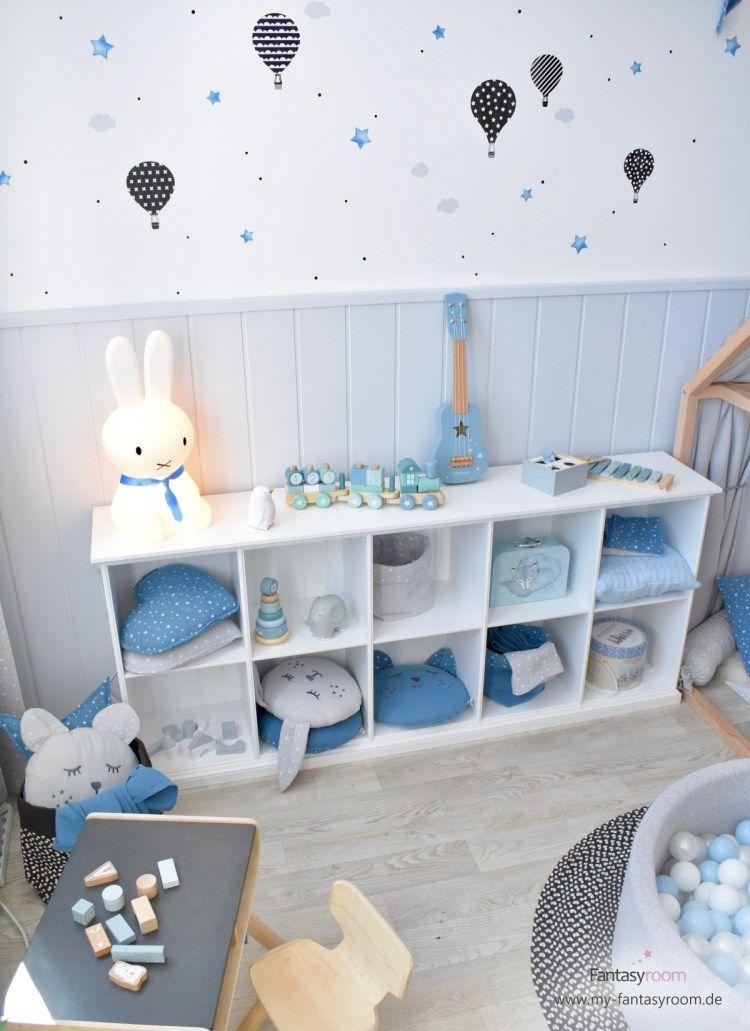Kinderzimmerregal Mit Blauen Und Grauen Musselin Kissen Von Dinki Balloon Blaue Kinderzimmer Design Fur Kinderzimmer Jungs Zimmer Farben