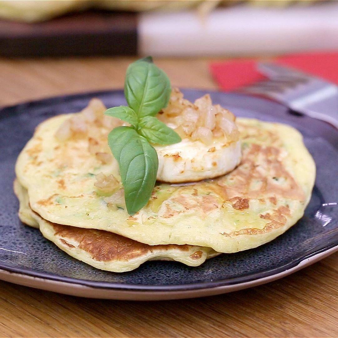 Les pancakes de courgettes et parmesan font leur entrée en scène, surmontés de palets de chèvre Soignon