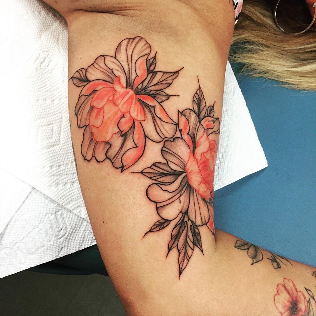 Having alotta fun with this floral sleeve 🙌🏻😊😊💛 #floraltattoo #sleevetattoo #girlswithtattoos #flowertattoo #cooltattoos #dawsoncreektattoos #ink #armtattoo #greatclients #tattoo #tattoos #locals