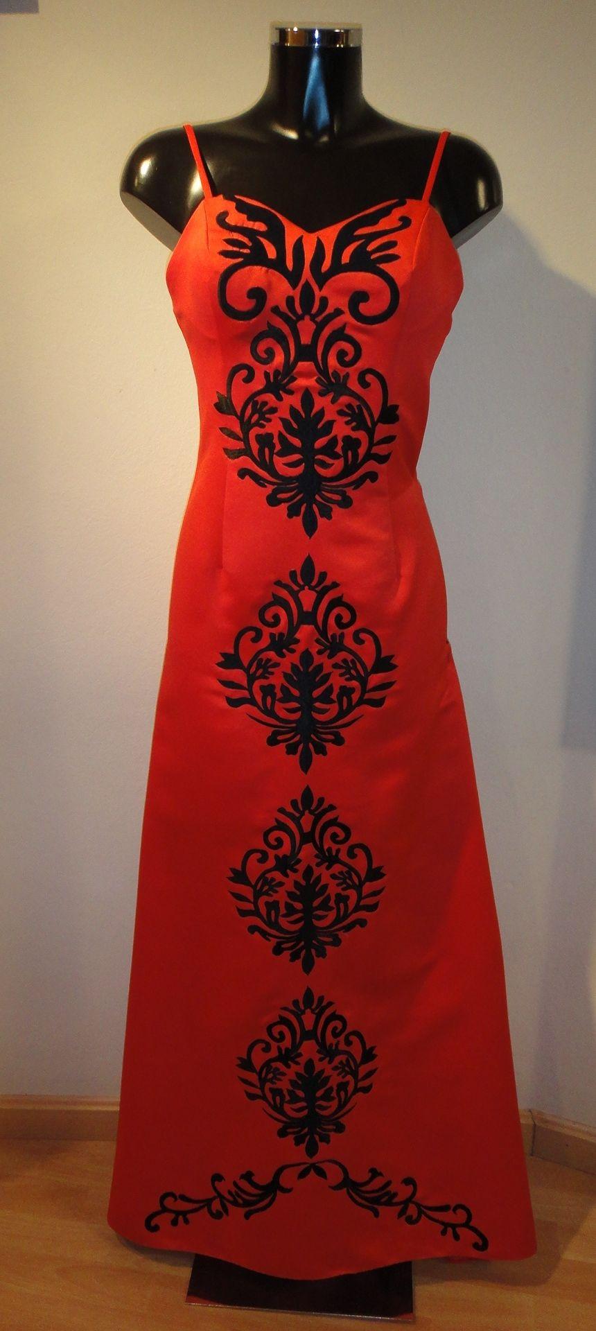Vestido largo rojo y bordados en negro con cola