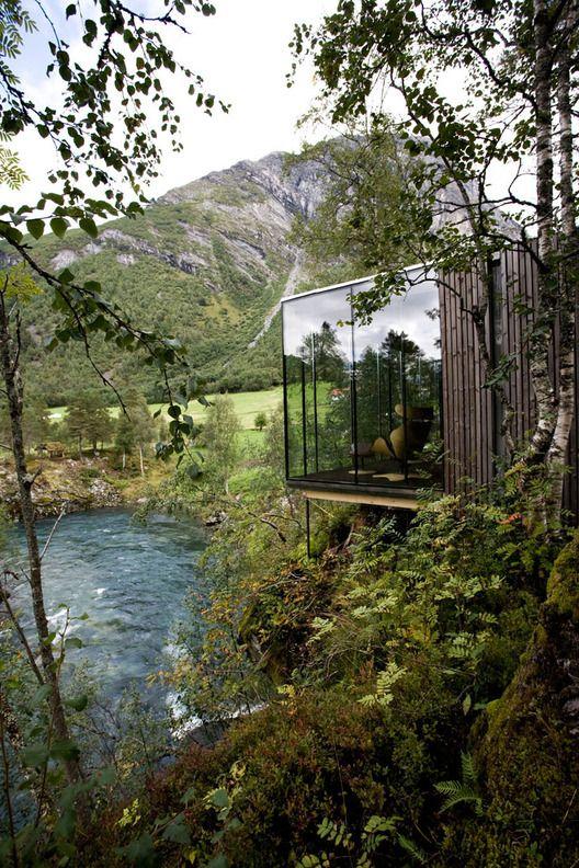 Juvet Hotel de reposo en Noruega junto a un lago y con montañas al otro lado. www.juvet.com