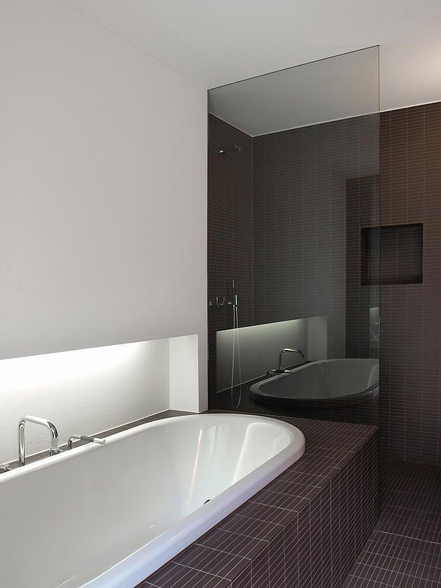 Arredamento del bagno con mobile su misura e mosaico, cucina Varenna e arredamento della zona pranzo.