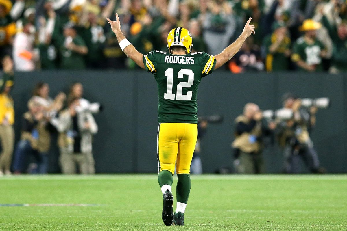 Green Bay Wis Aaron Rodgers Knee Hurt His Arm Was Just Fine The Hobbling Two Time Nfl Mvp Threw Three Touchdown P Aaron Rodgers Great Comebacks Green Bay