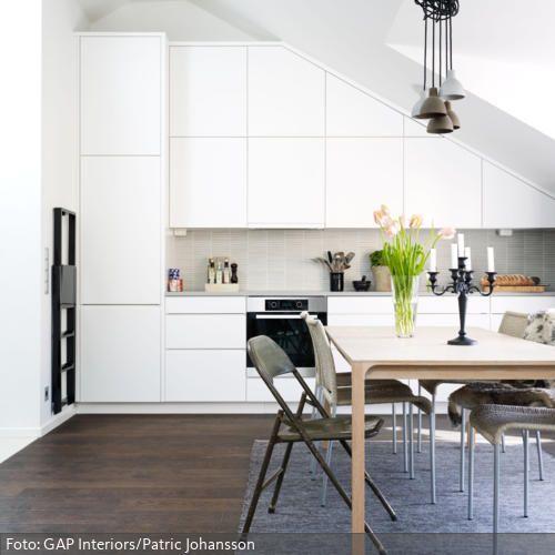 Weiße Küchenschränke unter der Dachschräge | roomido.com | wohnen ...