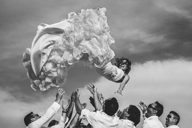 novia aventada al aire por los padrinos del novio