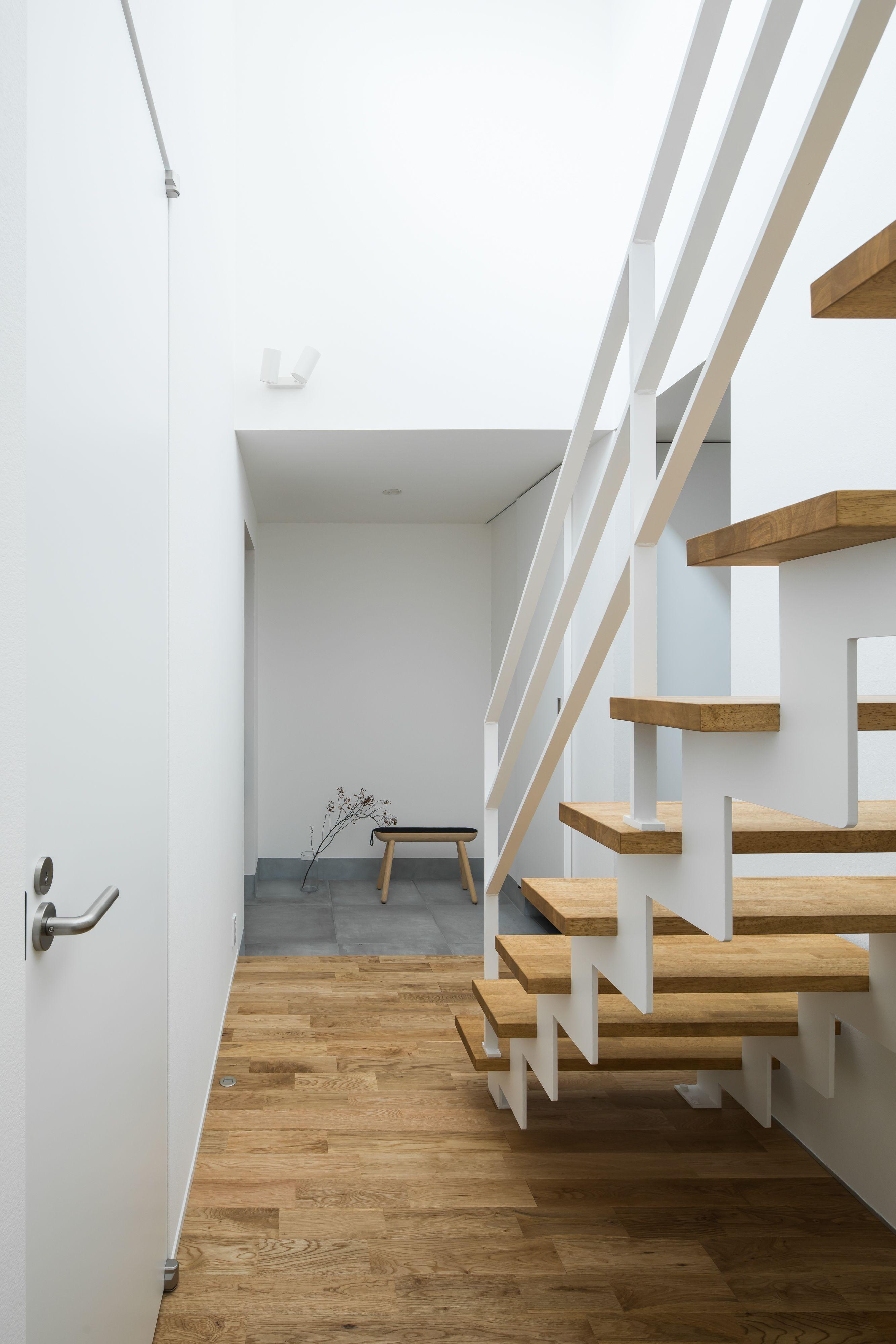 玄関を入ってすぐに現れる鉄骨階段は 家のシンボル的存在 ルポハウス