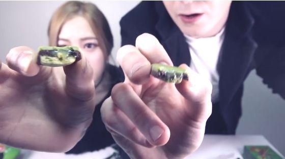 데이브[데이브_에리나와 일본 녹차 과자 먹방] trying out japanese green tea snacks with erina