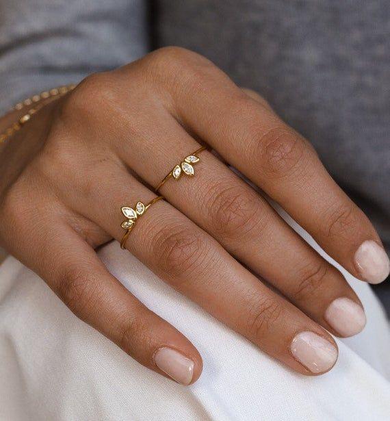 Zierlicher Ring mit cz Steine 18k gold / 925 Sterling Silber   Zarter Ring mit kubischen Zirkonia-Edelsteinen aus vergoldem 18k 925 Sterling Silber. Dieser Stapel-Ring ist perfekt, um ihn allein als Anweisungsring zu tragen oder ihn mit anderen Ringen zu stapeln, um einen totalen Look zu erhalten.
