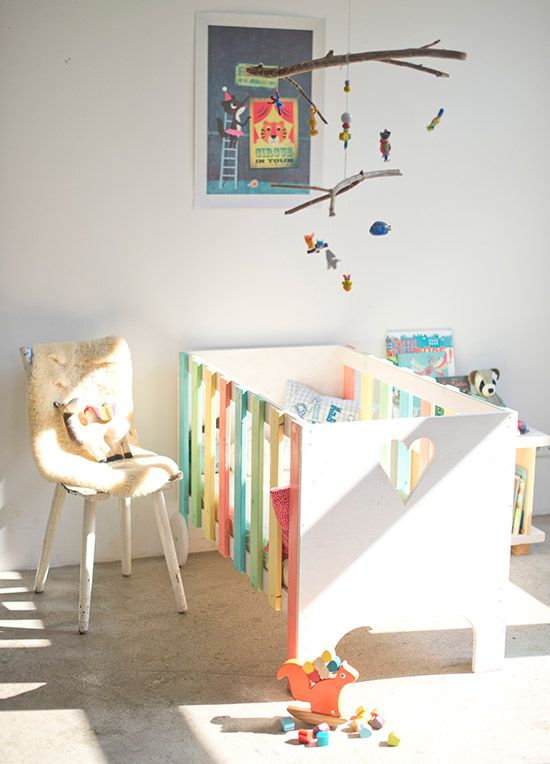 kinderzimmer beispiel mit diy kinderbett zum selber machen in bunten farben und diy mobile. Black Bedroom Furniture Sets. Home Design Ideas