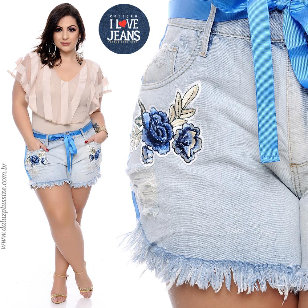 c501ec8ba Shorts jeans confeccionado em algodão, passantes para cinto, acompanha  fita, fechamento em botão e zíper, bolsos frontais e traseiros funcionais,  ...