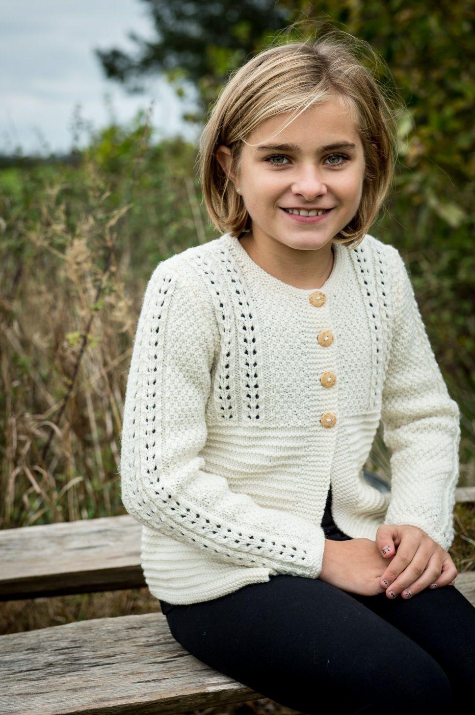 128-2 Elegant pigetrøje med hulmønster strikket i Mayflower Easy Care Classic.  Køb kids kataloget med opskrifter hos din lokale Mayflower forhandler. ( Strik, yarn, knitting )