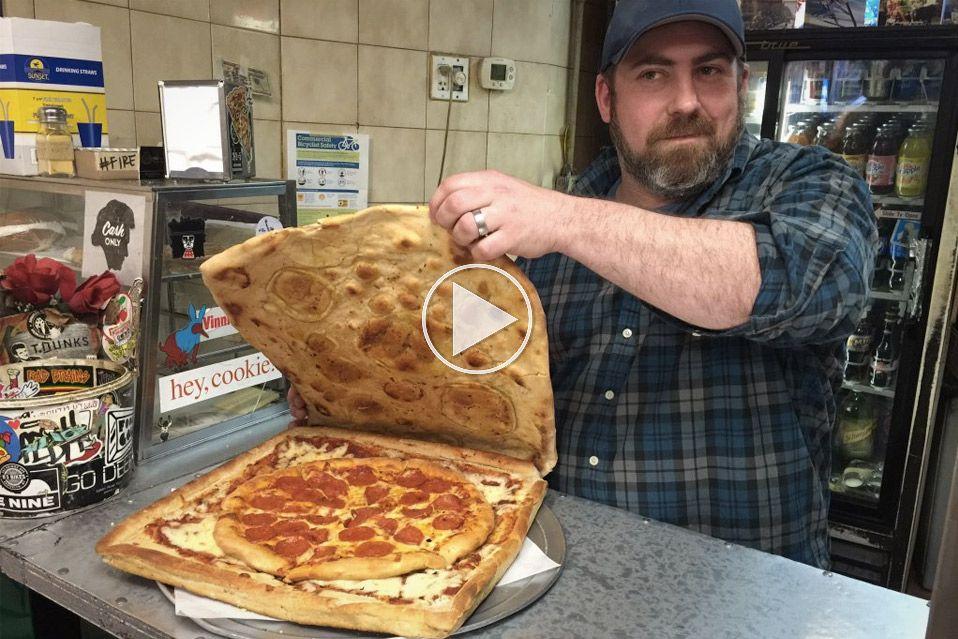 SPIS EN PIZZA I EN PIZZAÆSKE AF PIZZA
