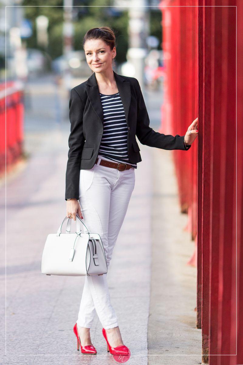 16561e8e Bluzka w paski i białe spodnie – stylizacja z czerwonymi szpilkami i ...