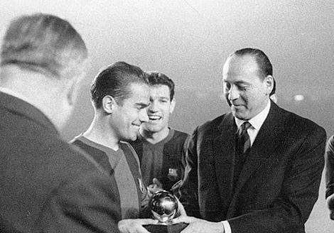 Luis Suárez Miramontes | Luis Suárez, en el momento de recibir el Balón de Oro de 1960. | Efe