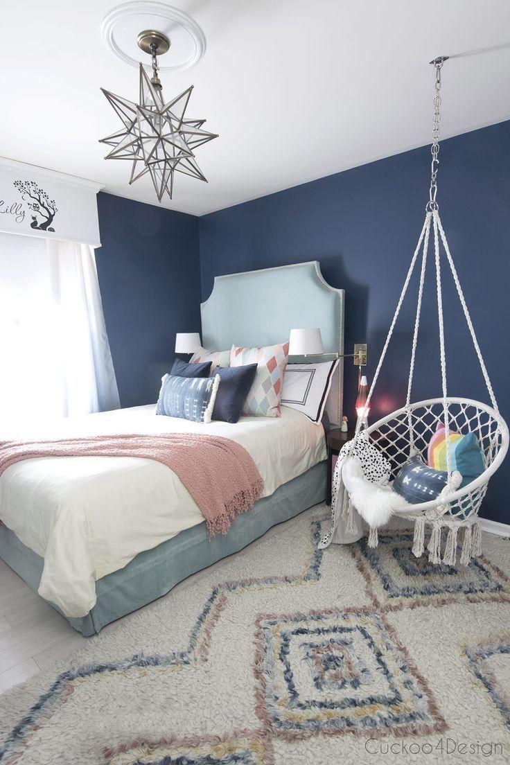 Photo of dunkelblaues Teenager Zimmer mit türkisfarbenem Samtbett und Makramee Hängesessel