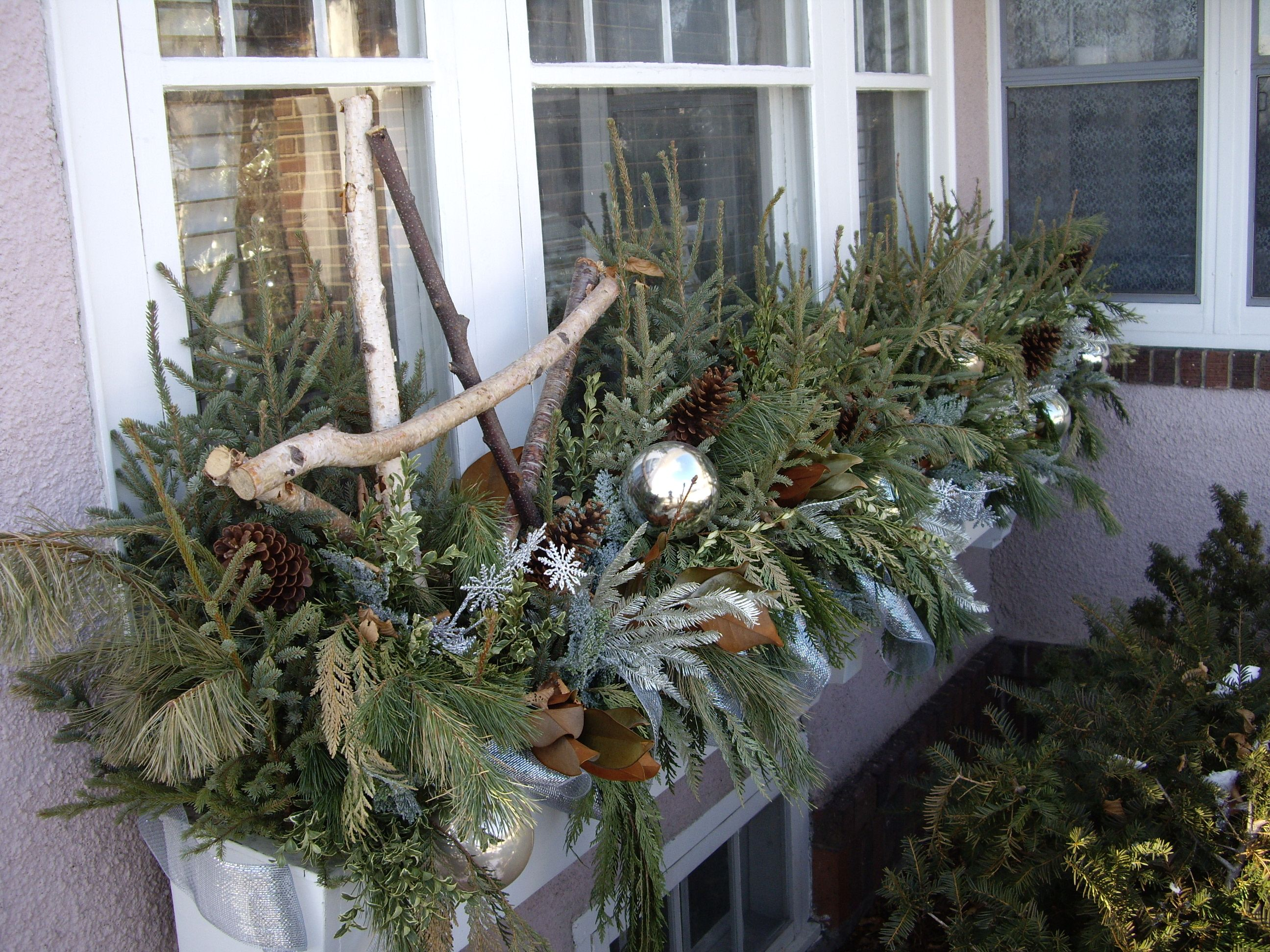 les branches de sapin et d corations de no l garnissent la jardini re du balcon esprit de no l