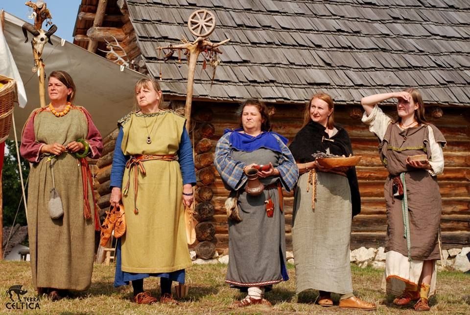 Cooler weather, Iron Age Celtic female garb. Image by Terra Celtica, Poland.