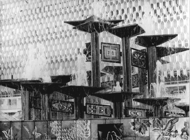 Berlin Alexanderplatz Brunnen Der Volkerfreundschaft 19 12 1970 Metallenes Kunstwerk Fur Den Berliner Alex Ein Kuns Historische Bilder Berlin Kunstwerke