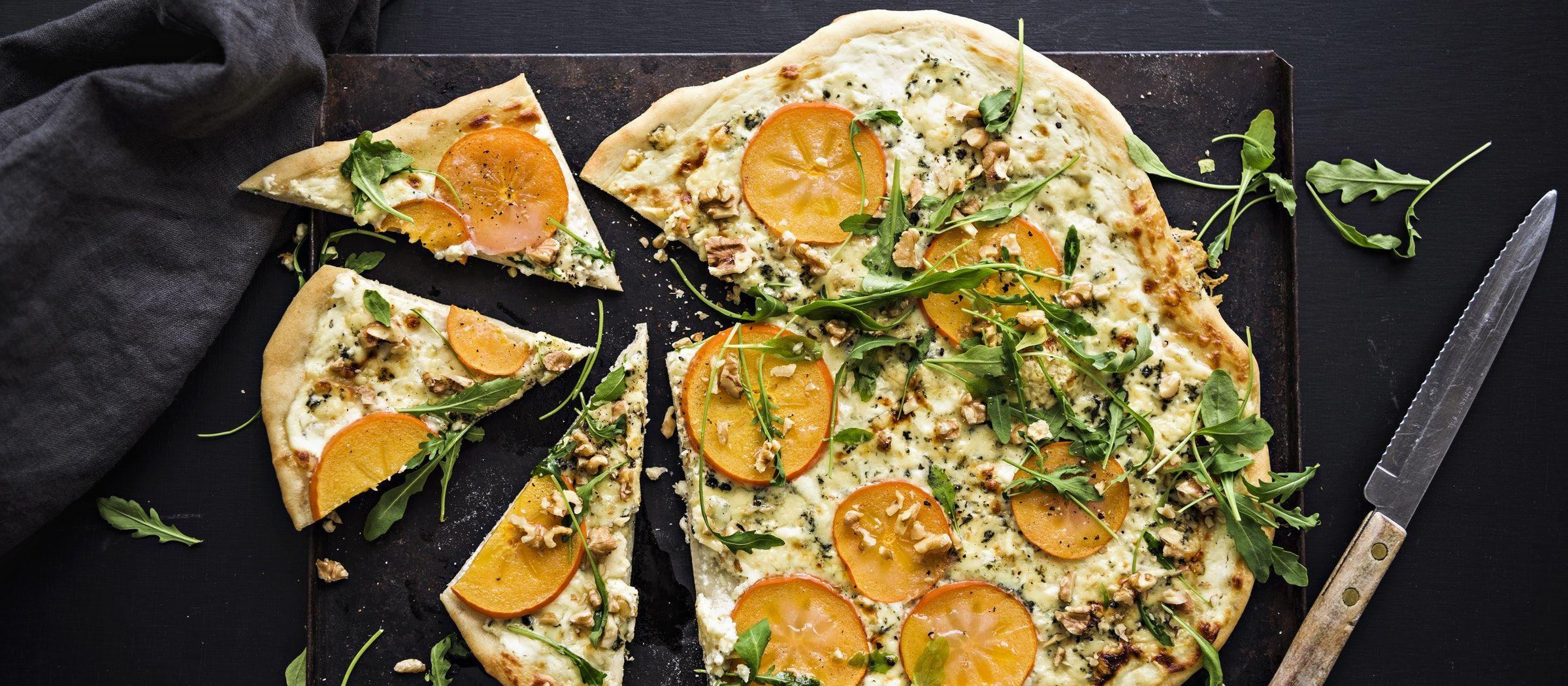 Viipaloi persimonista ihania makeita sattumia sinihomejuustolla kuorrutetun pizzan päälle.