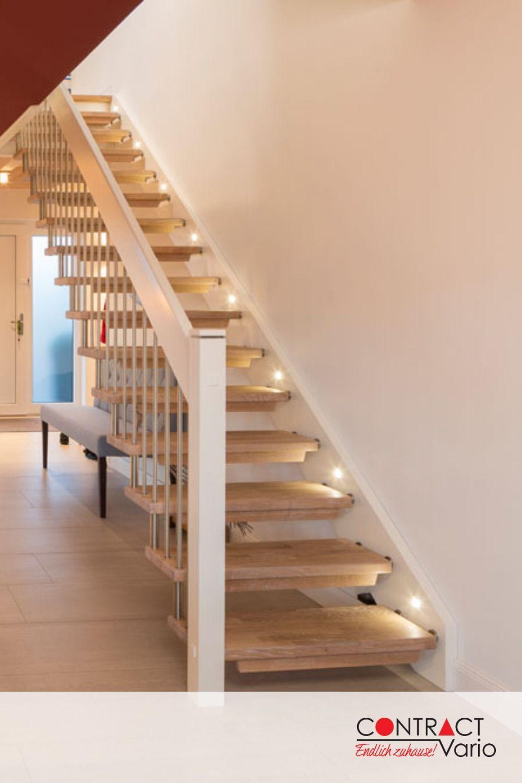 Die Schone Beleuchtung Der Holztreppe Weist Den Weg Nach Oben Hausbau Neubau Inneneinrichtung Treppe Treppenbele Treppenhaus Beleuchtung Treppe Holztreppe