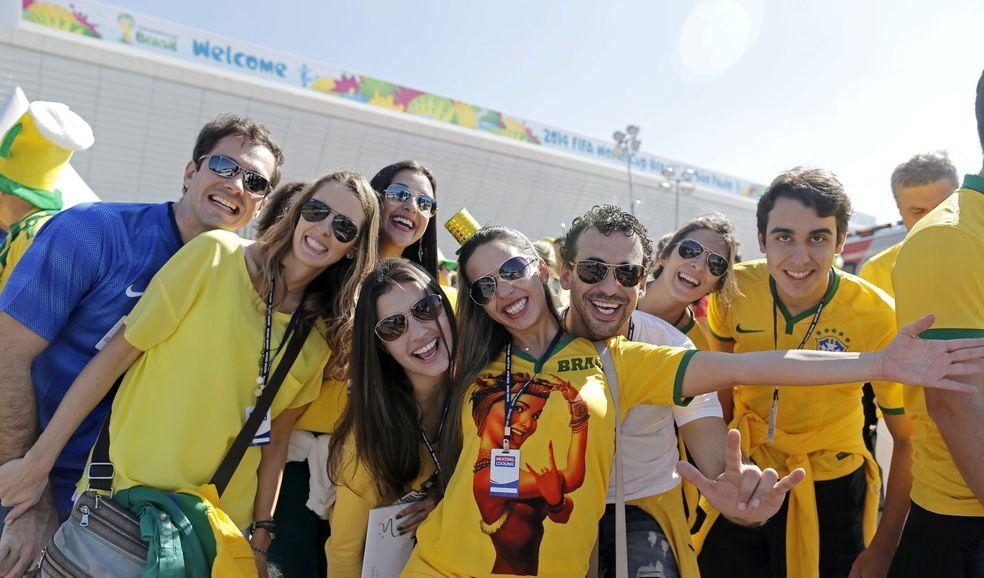 Aficionados brasileños esperan en el exterior del estadio Arena Corinthians de Sao Paulo, donde se inaugura este jueves el Mundial de Brasil.