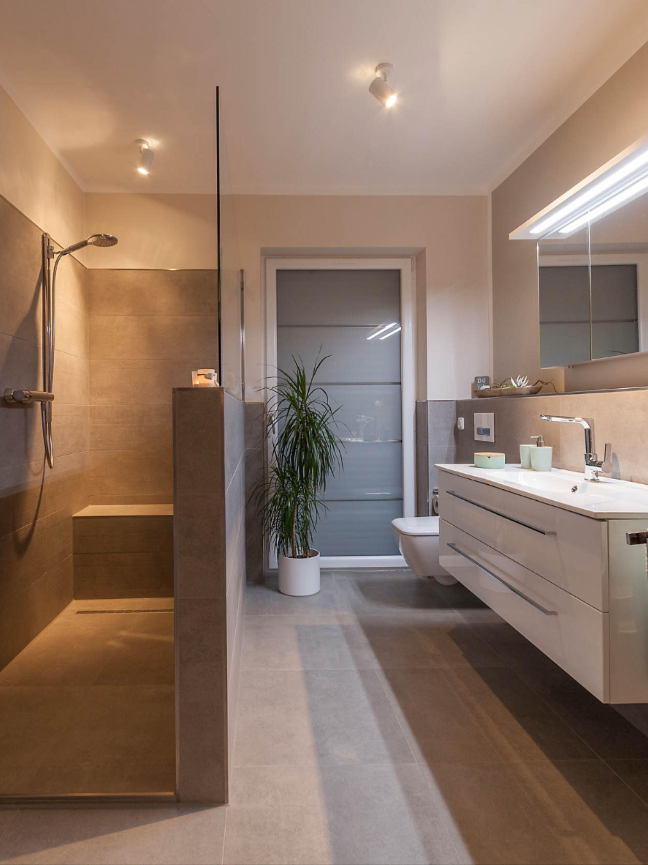 Traumbad Mit Wanne In 2020 Badezimmer Renovieren Badezimmer Moderne Dusche
