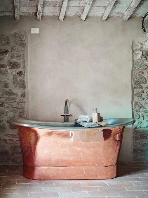 Amazing bathtub in a home in Piegaro | Perugia, Umbria | Photography: Kristian Septimius Krogh | Special Umbria