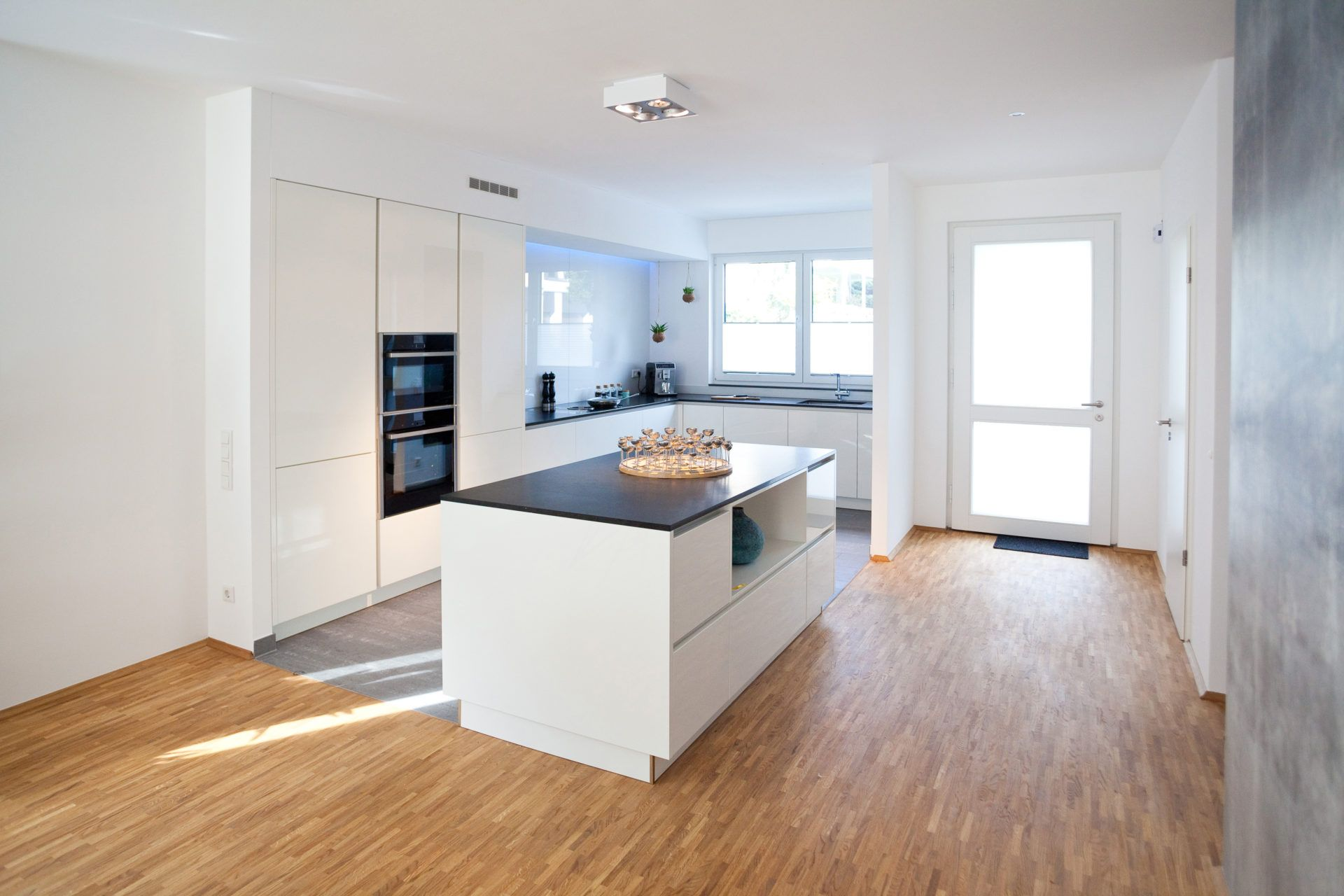 Moderne HochglanzKüche in weiß mit Kücheninsel Bora Kochfeld und