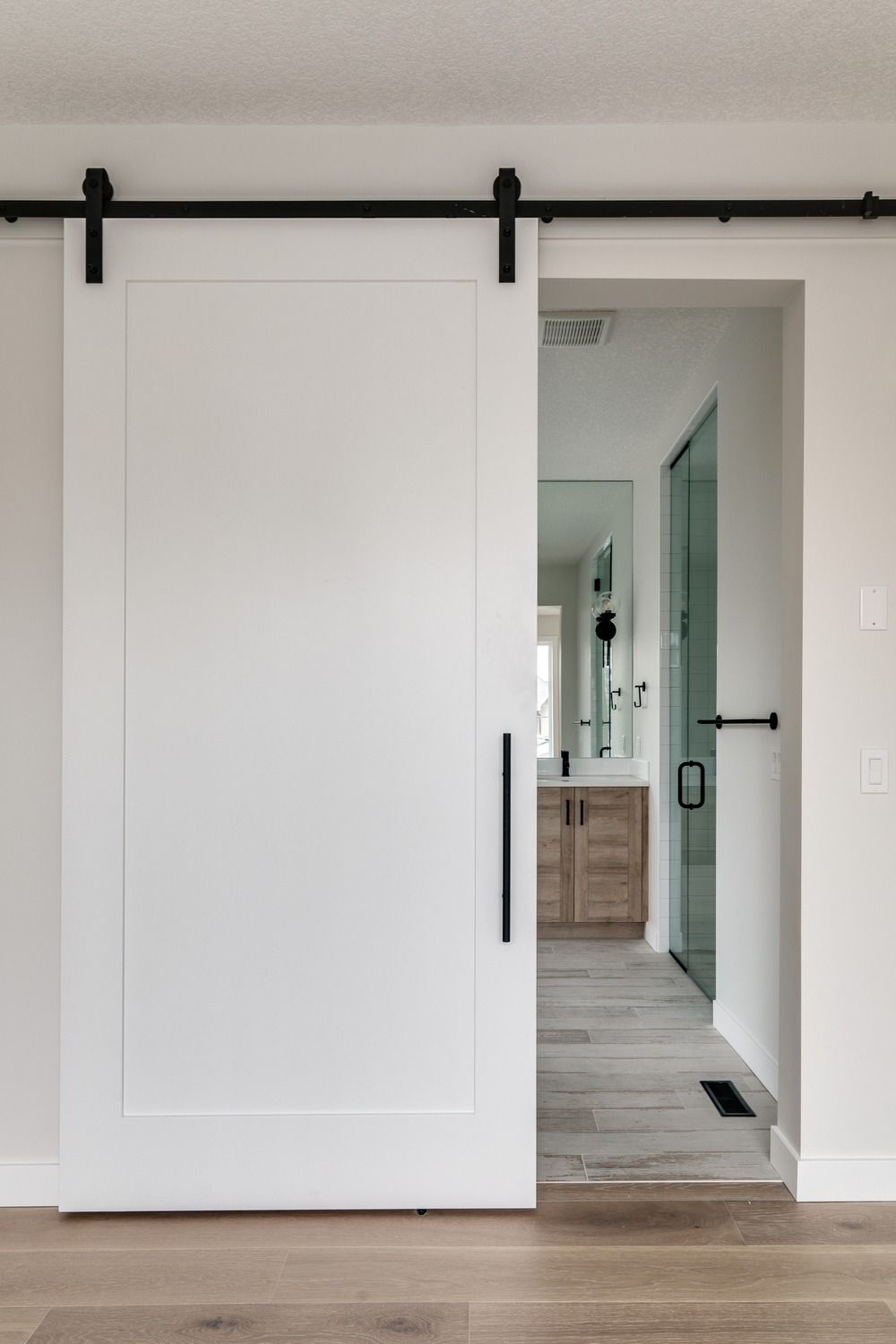 How Elegant Is This White Sliding Barn Door With Black Hardware We Love The Simplicity In 2020 White Barn Door White Doors Barn Door