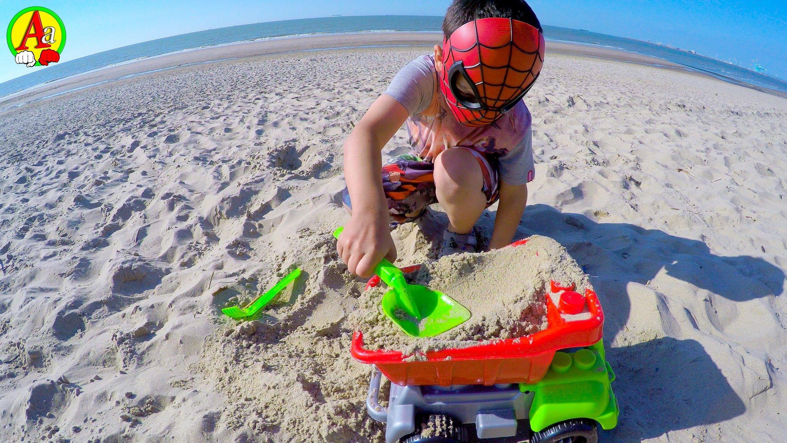 Маленький Человек Паук Играет с Песком на Пляже | Детские ...