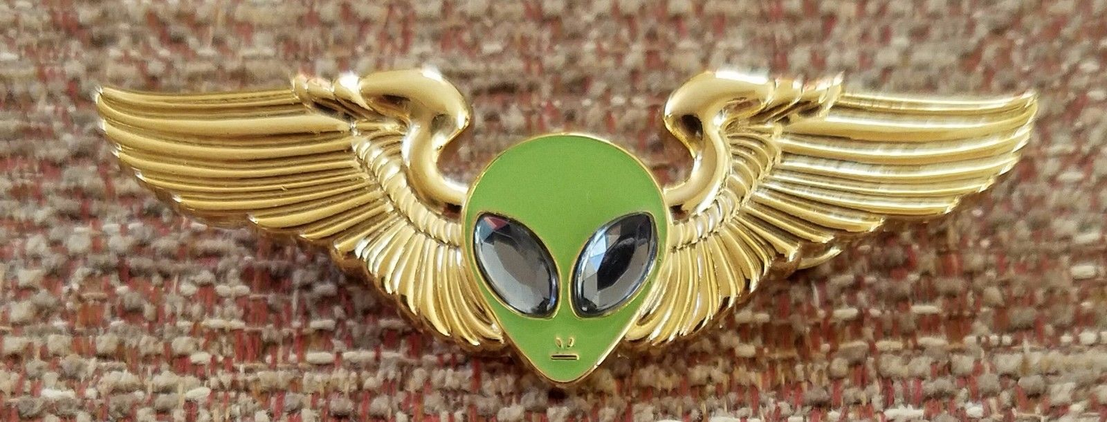 "JANET AIRLINES PILOT WINGS LAPEL PIN ALIEN HEAD /""GLOW IN THE DARK/"""