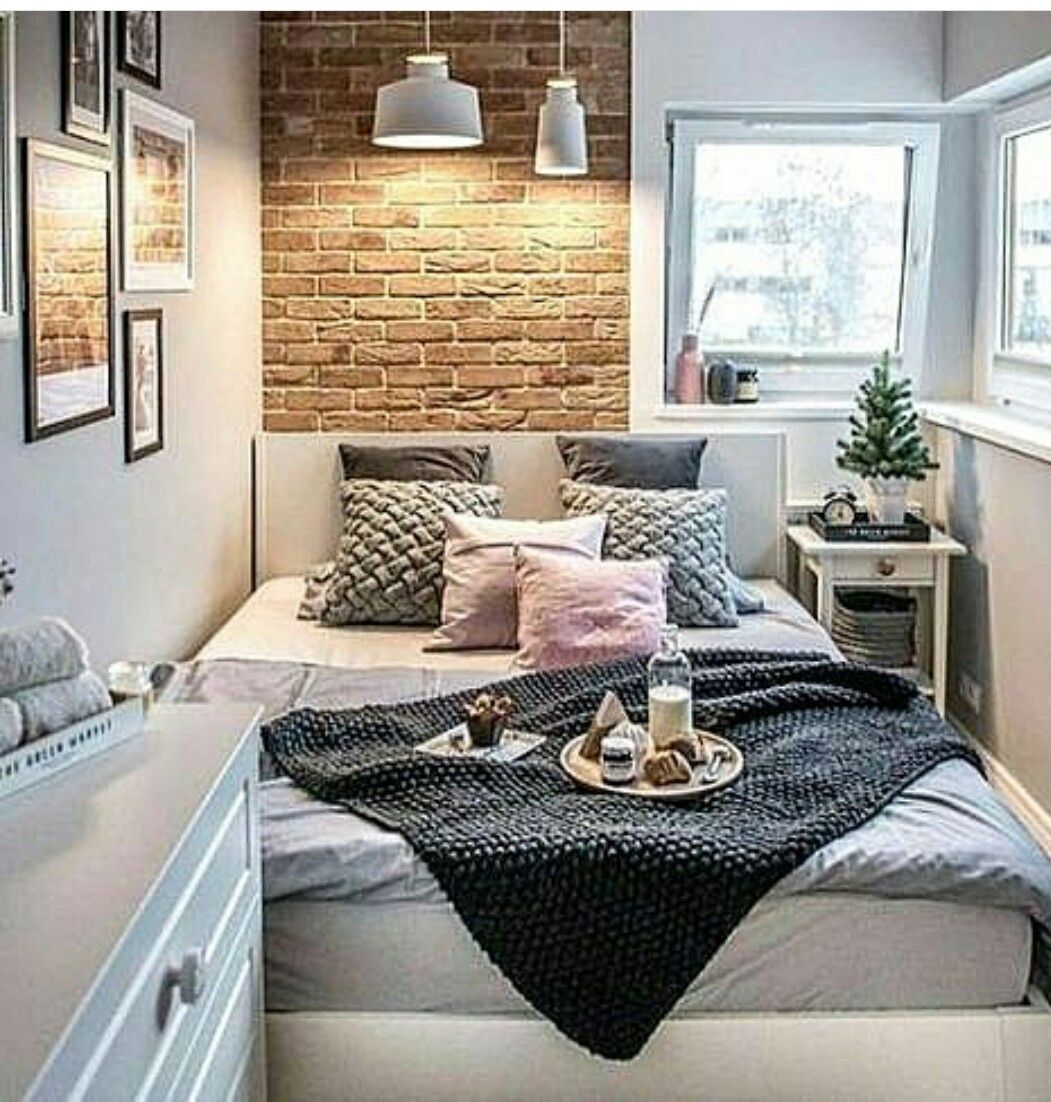 Dormitorio peque o con cama de matrimonio pard de for Lamparas para apartamentos pequenos