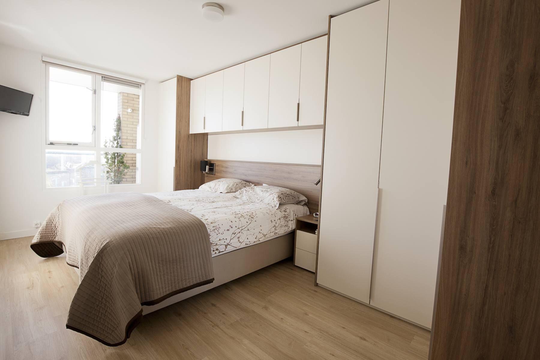 Bed met kastombouw in kleine slaapkamer slaapkamer