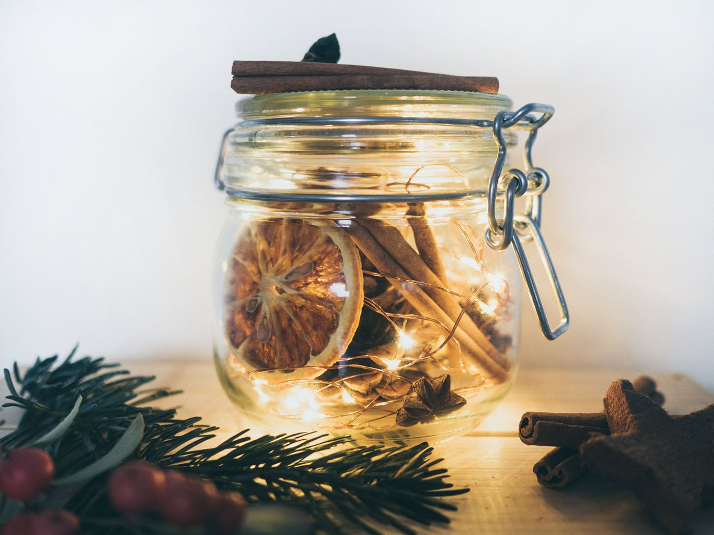 DIY Weihnachtsdeko basteln: Lichterglas mit Naturmaterialien • Yeah Handmade #weihnachtsdekoglas