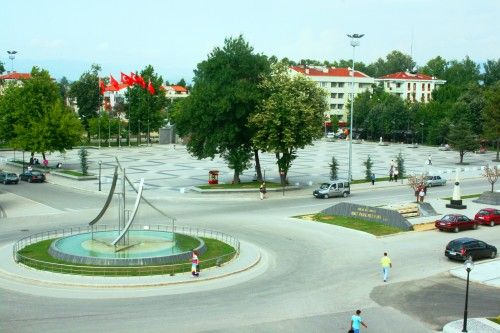duzce anitpark-Düzce, ankara'ya 240 km. , İstanbul'a 190 km. , karadeniz sahiline ise 35 km. Uzaklıkta. Ankara ve İstanbul'u birbirine bağlamakta olan tem karayolu ve d-100 otoyolu üstünde bulunmaktadır.